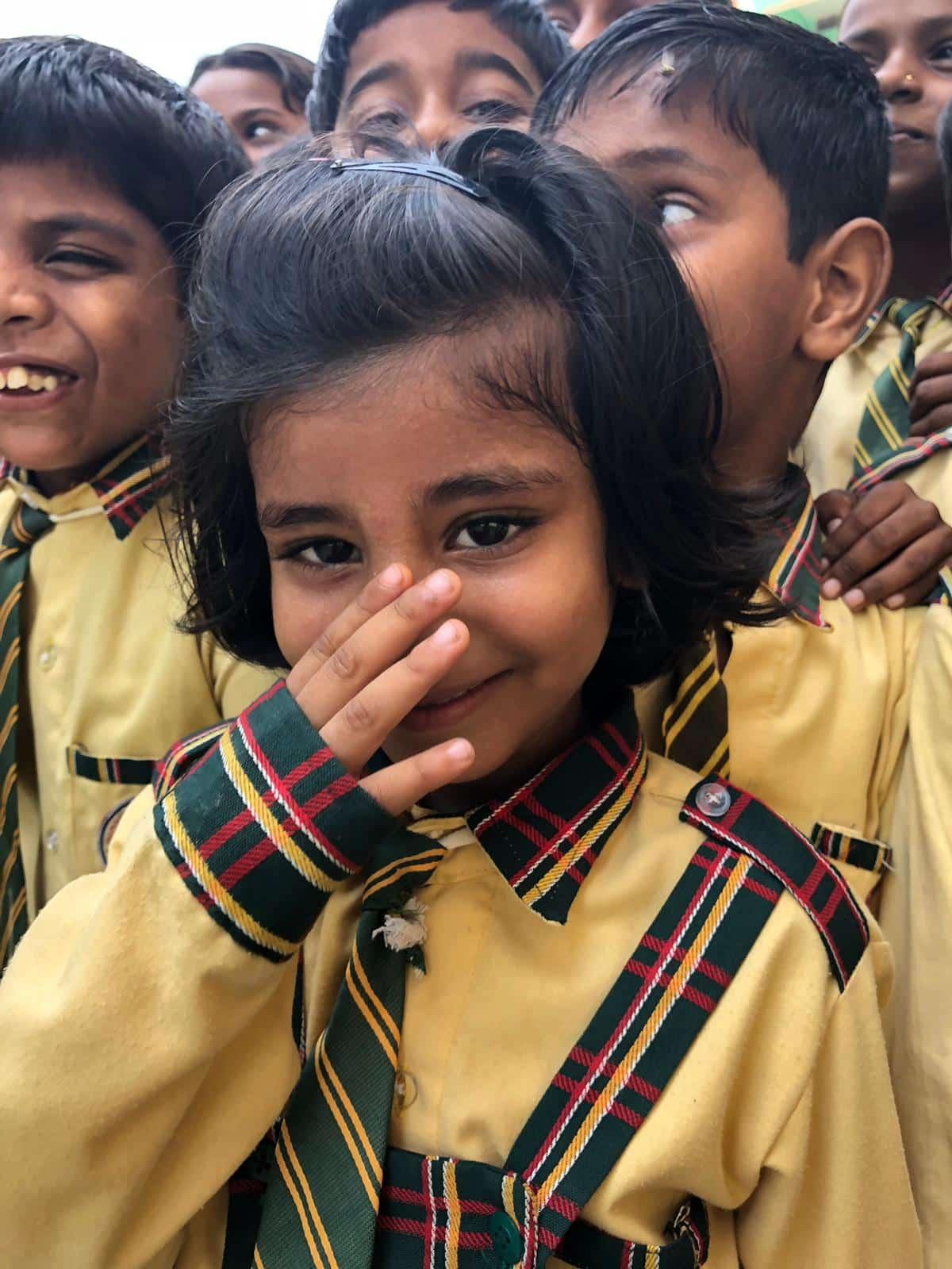 Kleines Mädchen der Schule in Varanasi