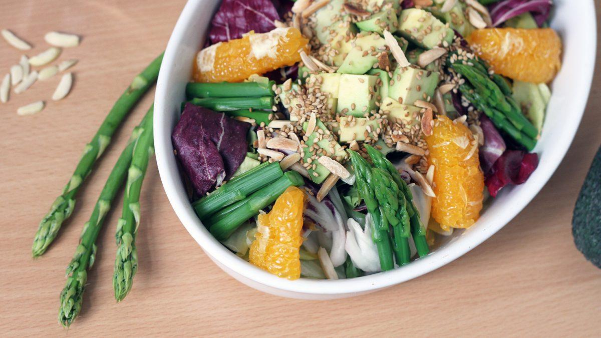Spargel-Salat mit Avocado und Orange