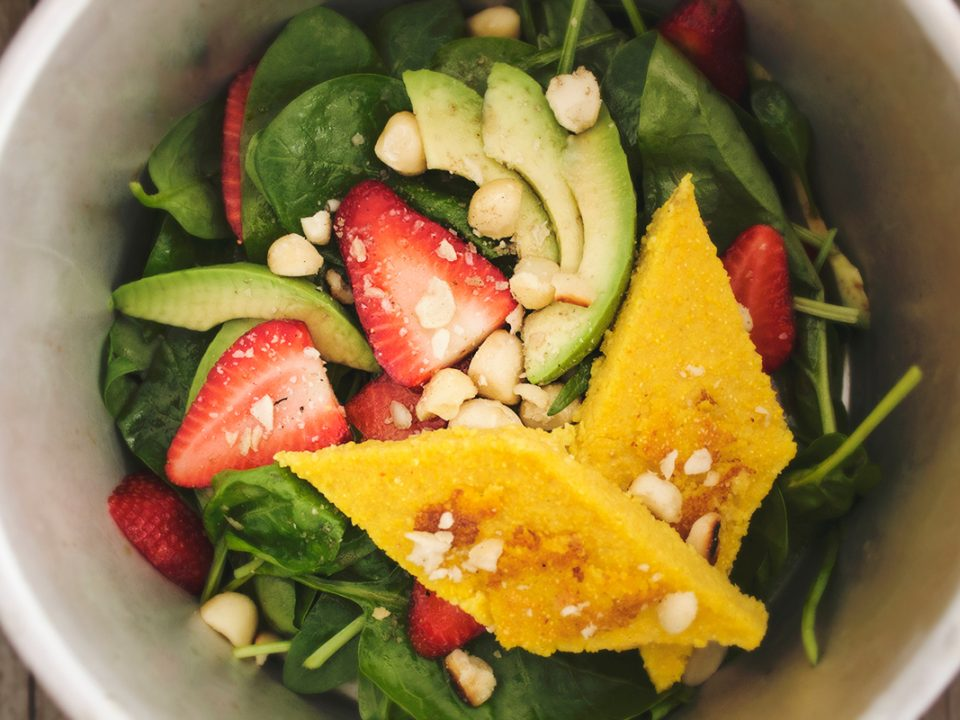 Spinat-Erdbeer-Salat mit Macadmias und Polentaschnitten