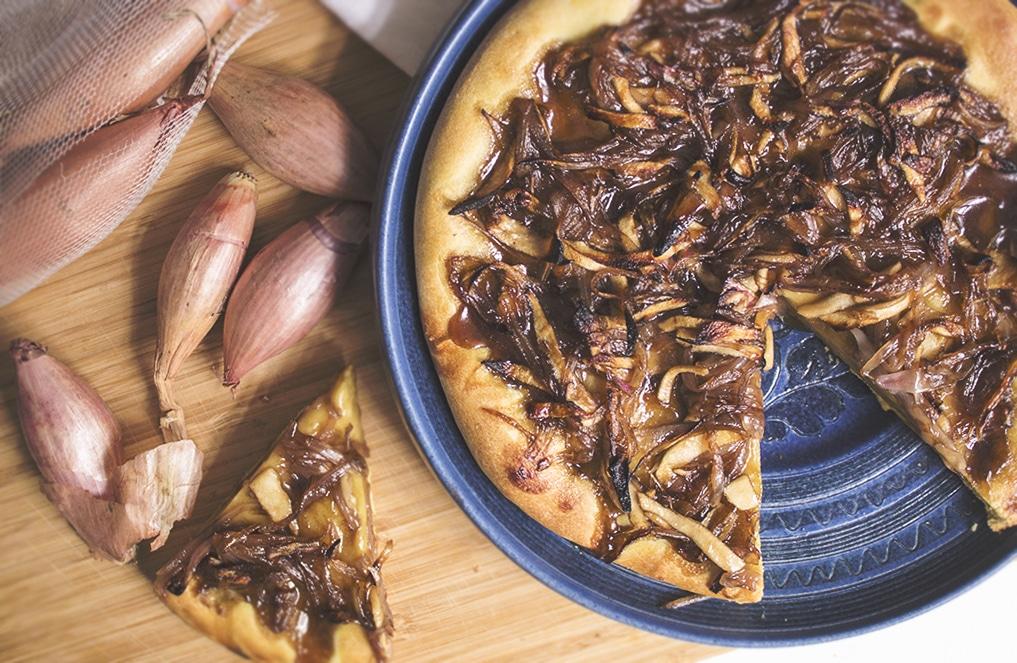 Italienische Focaccia mit Balsamico-Zwiebeln