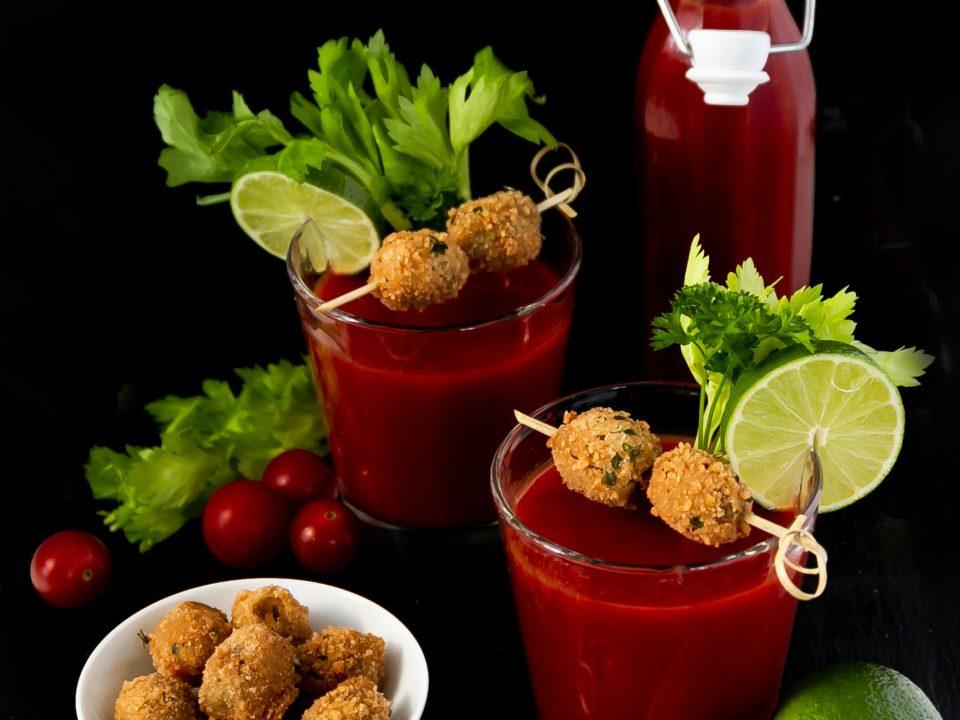 Bloody Mary mit gefüllten Oliven