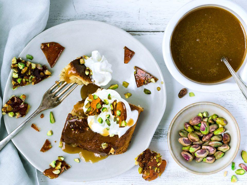 Dattelkuchen mit Olivenöl und Pistazien