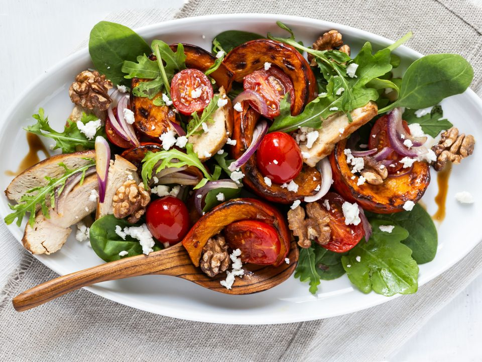 Kürbis-Salat auf Teller angerichtet