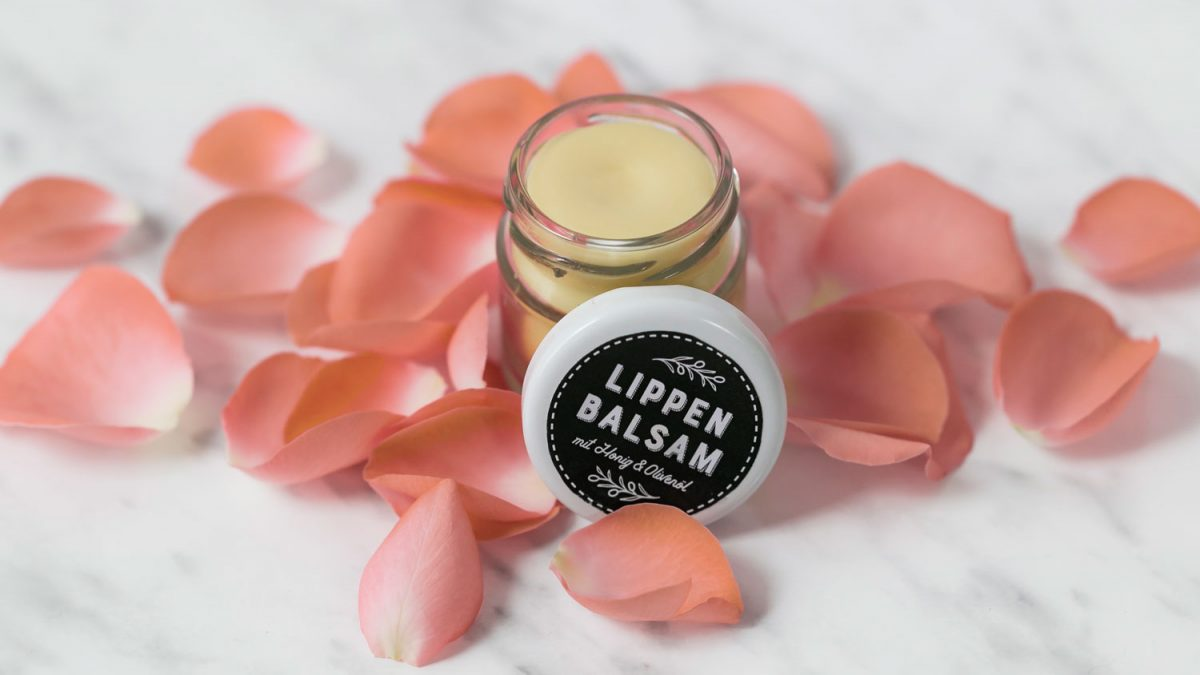 DIY Lippenbalsam in Gläschen mit Rosenblättern