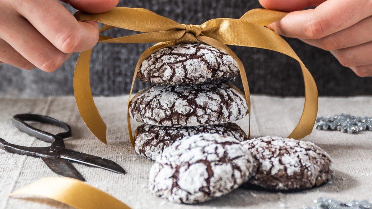 Macadamia-Schoko Plätzchen mit dekorativer Schleife
