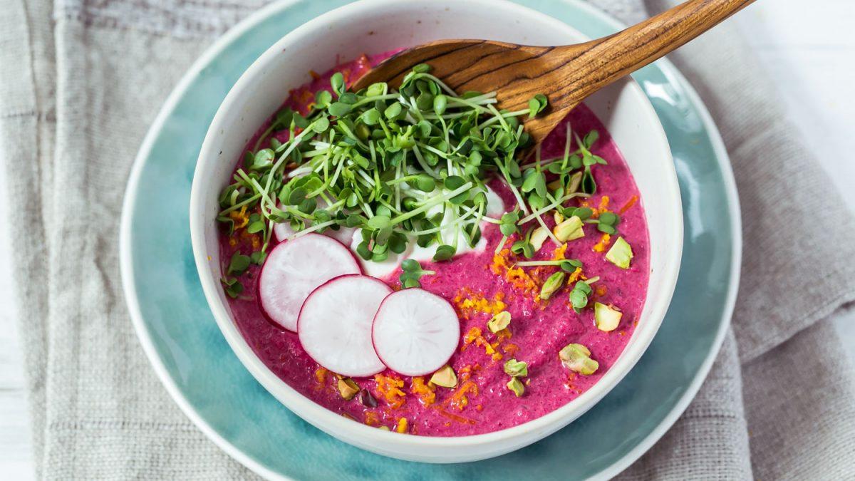 Rote Rüben Suppe mit Radieschensprossen