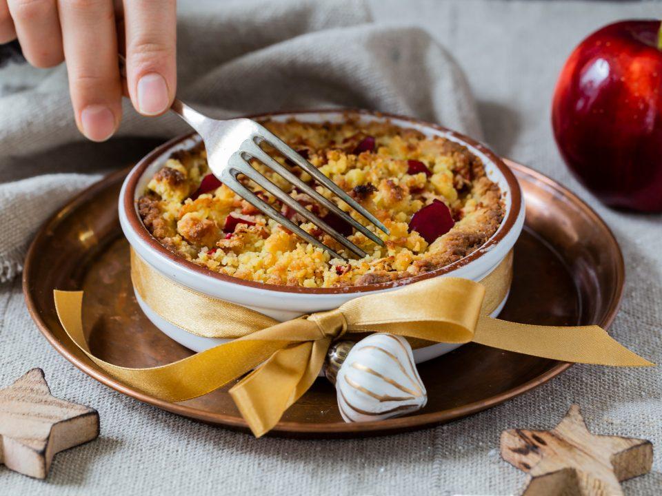 Apfel-Streuselkuchen angerichtet auf weihnatlichem Teller