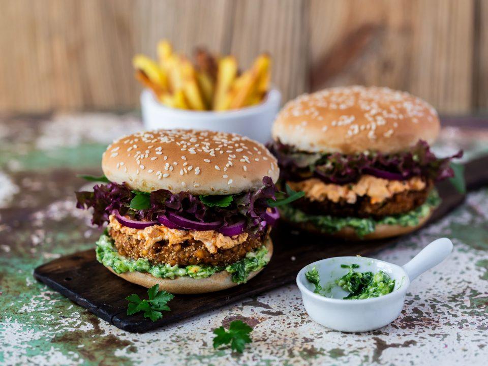 Veggie-Burger angetichtet mit Pommes auf einem Brett