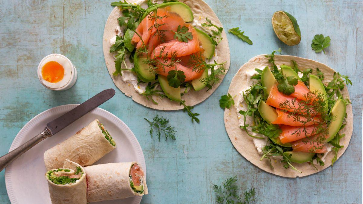 Lachs-Avocado-Wrap angerichtet mit Ein zum Dippen