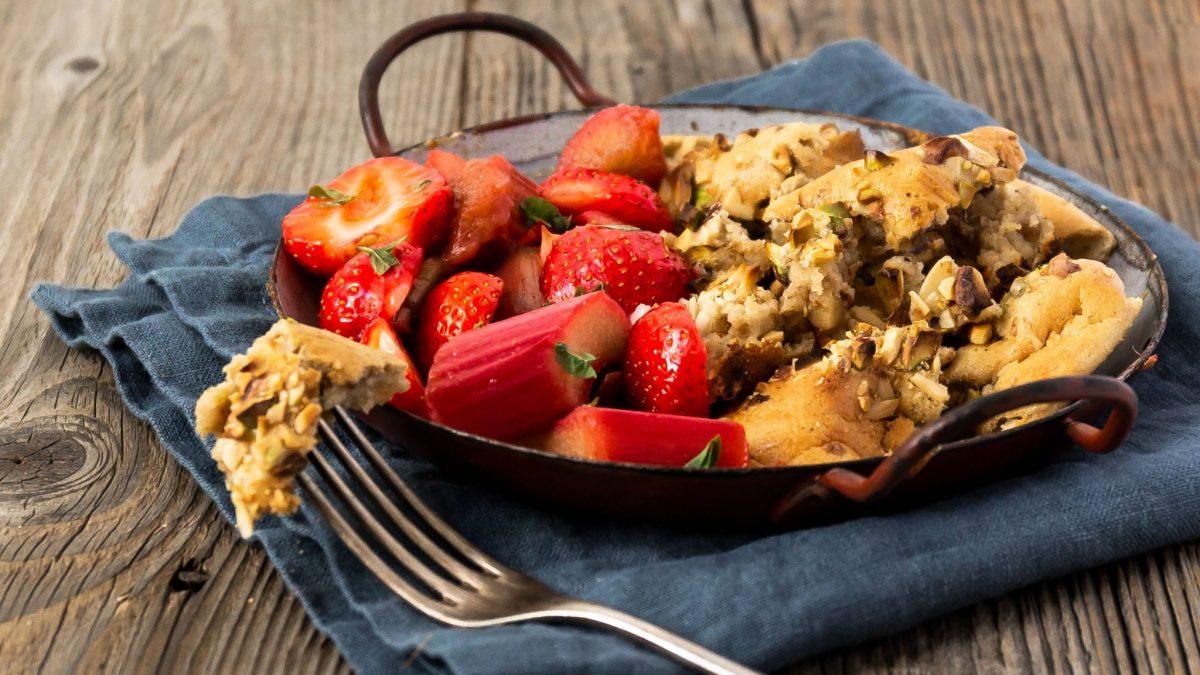 Nussschmarrn mit Erdbeer-Rhabarber-Kompott, angerichtet in einer Pfanne