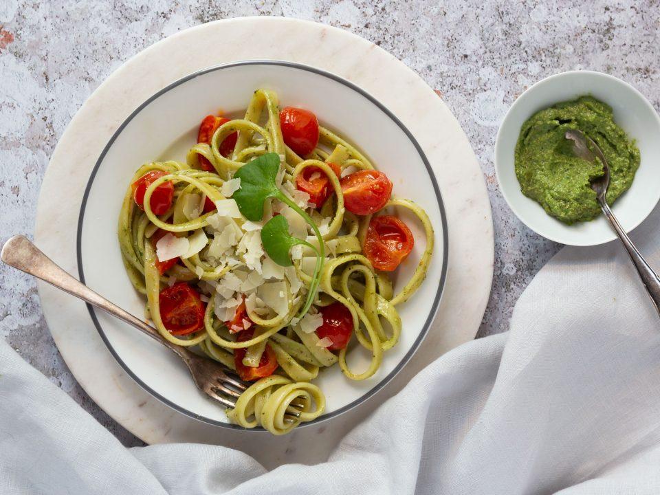 Walnuss-Pesto mit Portulak angerichtet mit Pasta und Kirsch-Tomaten