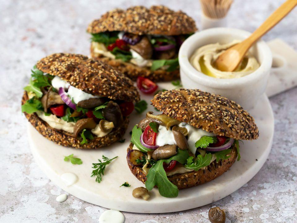 Pulled Pilz Sandwich angerichtet mit Sauce auf einer Marmor-Platte