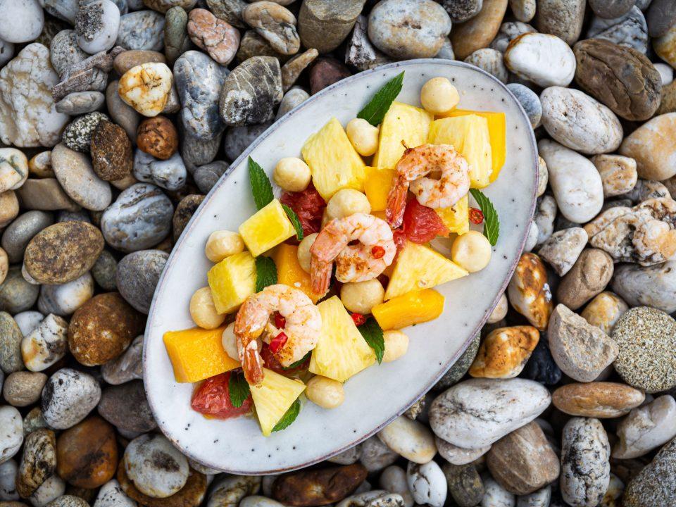 Gegrillte Garnelen angerichtet auf Fruchtsalat