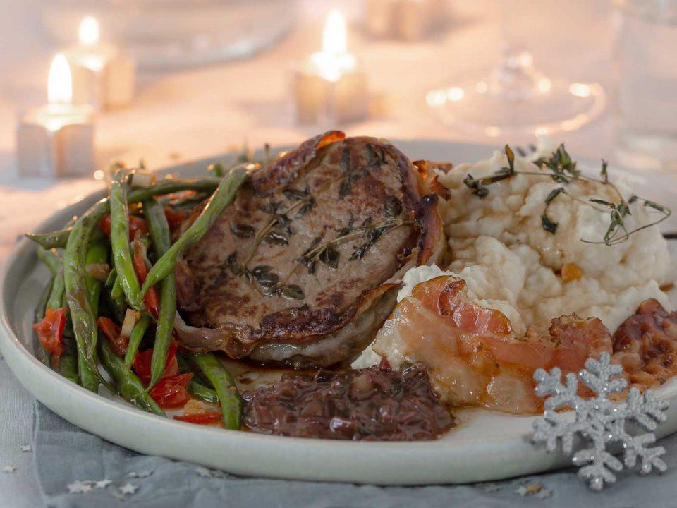 Rinderfilet mit Selleriepüree, Prinzessbohnen und Rotweinsauce, weihnachtlich angerichtet mit kleinen Kerten und Weihnachtssternen