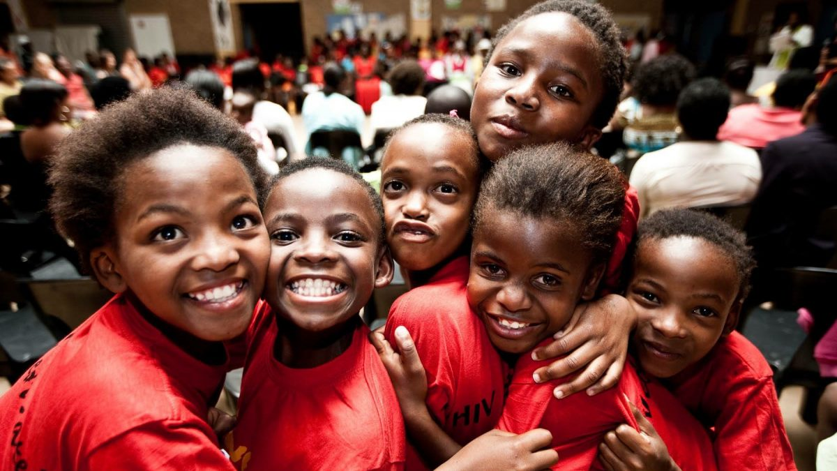 Kinder aus dem Sozial-Projekt Yabonga in roten T-Shirts