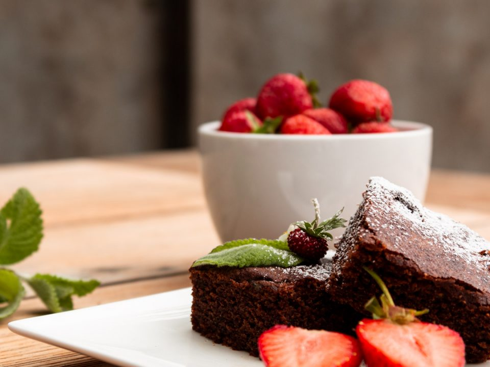 Olivenoel-Schokoladenkuchen mit Erdbeeren