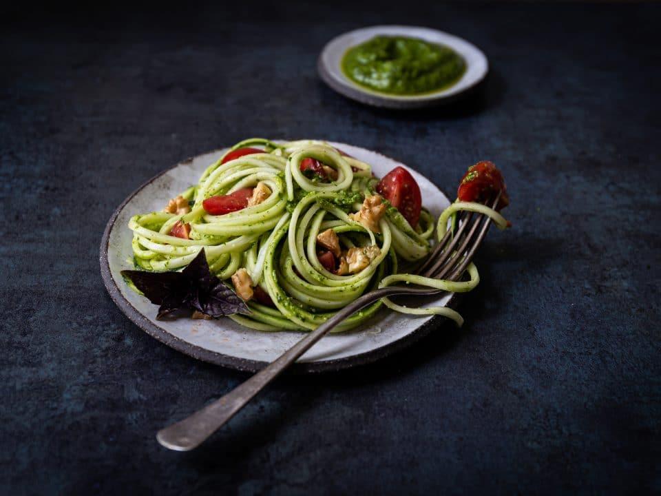 Scharfes Rucola-Walnuss Pesto mit Limette und Zoodles